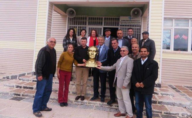 CHP'li Kuyucuoğlu'ndan Okullara Atatürk Büstü Hediyesi