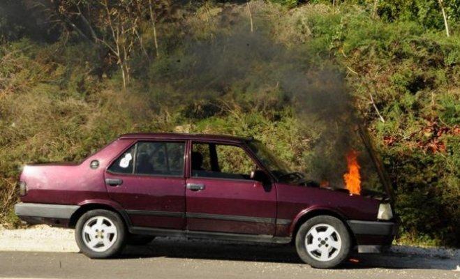 Otomobil Alev Aldı, Yardıma Gelenlerde Yangın Tüpü Bulunamadı