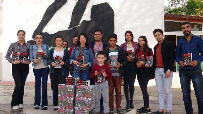 Mersin'de CHP'li Gençler 'Nutuk' Kitabını Dağıttı