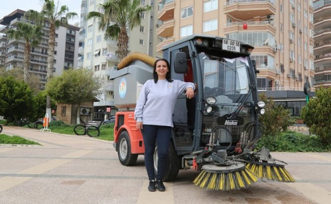 Mersin'in Üniversiteli Kadın Süpürgecisi