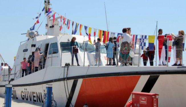 Sahil Güvenlik Botu Mersin'de Çocukların İlgi Odağı Oldu