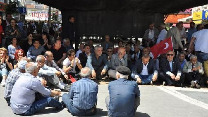 Tarsus'ta OHAL'e Karşı Oturma Eylemi