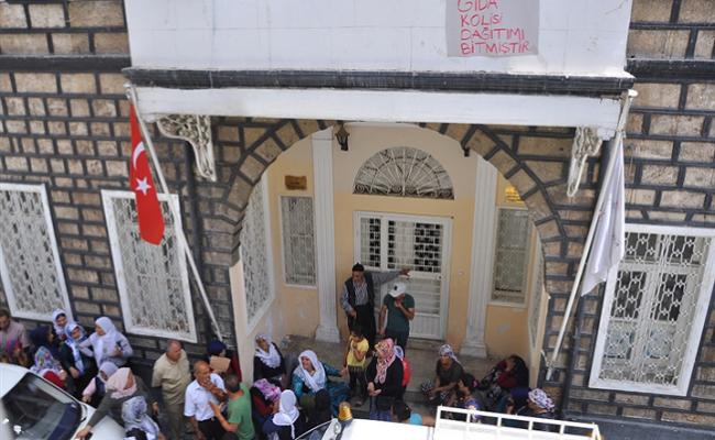 Mersin'de Kızılay Önünde Yardım İçin Saatlerce Beklediler