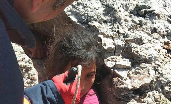 Mersin'de Kayaların Arasında Sıkışan Kızı İtfaiye Kurtardı
