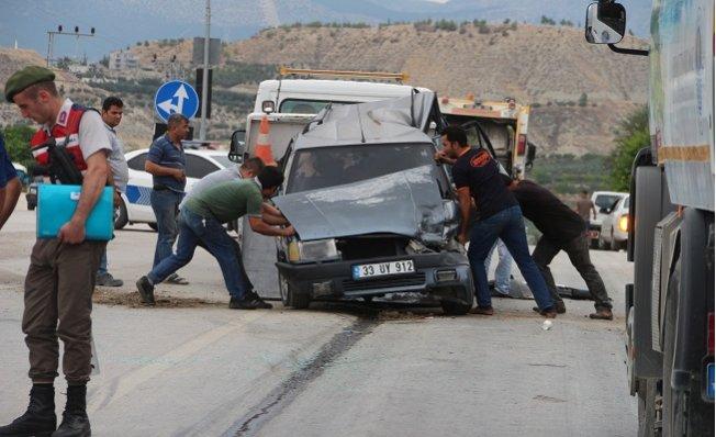 Otomobil, Kırmızı Işıkta Bekleyen Araçlara Çarptı: 1 Yaralı