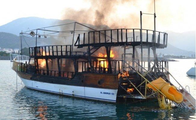 Mersin'de Tur Teknesi Alev Alev Yandı