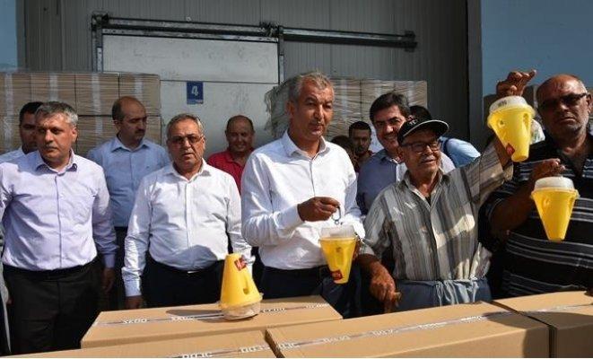 Tarsus'ta Meyve Üreticilerine Sinek Tuzağı Dağıtıldı