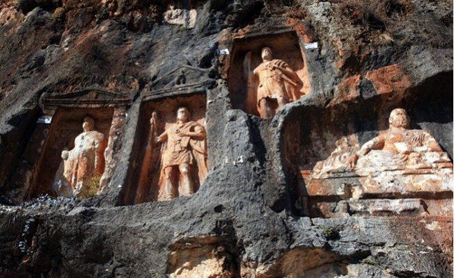 2 Bin 400 Yıl Önce Yapılan 'Adam Kayalar' Görenleri Büyülüyor