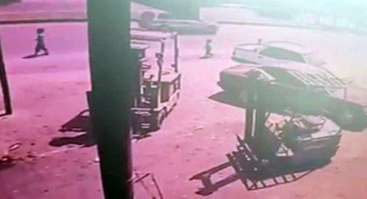 3 Yaşındaki Çocuk Topun Peşinden Koşarken Araç Altında Kaldı