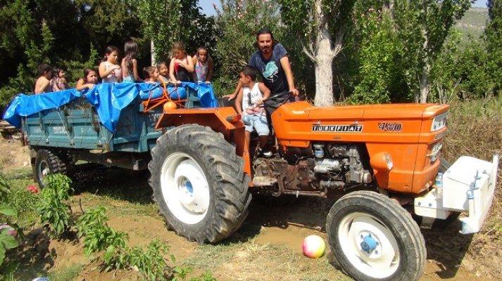 Köy Çocuklarının Traktör Havuzunda Seyyar Serinlik Keyfi