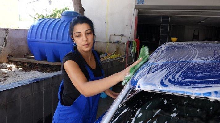 Mersin'de 'Oto Yıkamacı Kadınlar' Erkeklere Taş Çıkartıyor