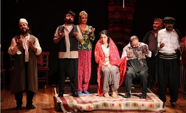 Mersin Şehir Tiyatrosu Perdelerini Açtı