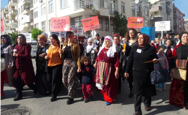 Erdemli'de Kadınlar Şiddete Karşı Yürüdü
