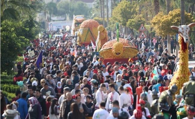 Festival 70 Ton Meyveyle Renklendi