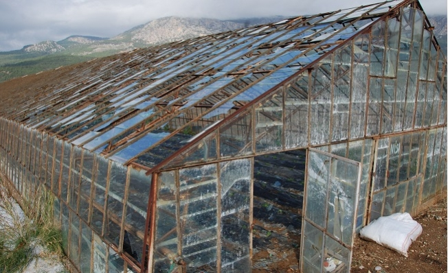 Mersin'de Dolu Cam Seraları Yerle Bir Etti