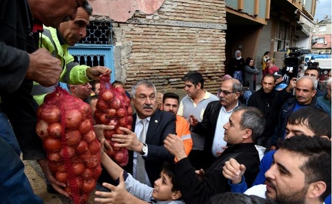 Adana'da Dar Gelirli Ailelere 10 Ton Soğan Dağıtıldı