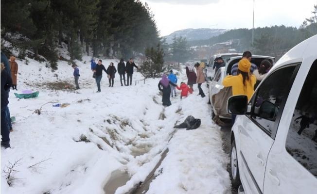 Adanalılar Kar Görebilmek İçin 80 Kilometre Mesafe Kat Ediyor