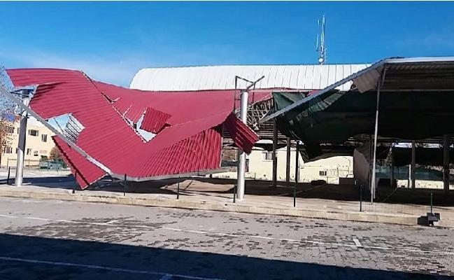 Silifke'de Yağışlar Yol Kapattı, Fırtına Çatıları Uçurdu