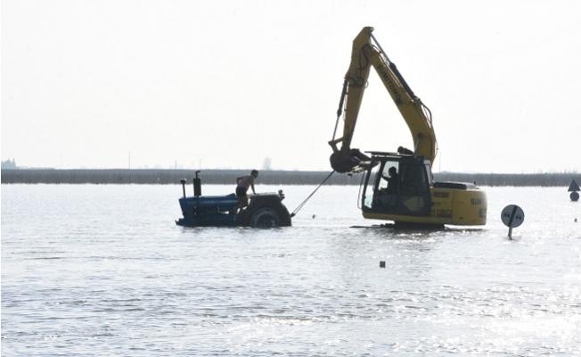 Suya Gömülen Traktörü Kepçeyle Kurtardılar