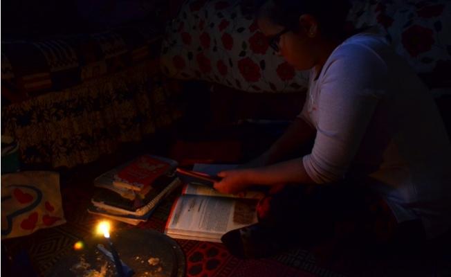 Mum Işığında Ders Çalışan Sude Naz'ın Dramı