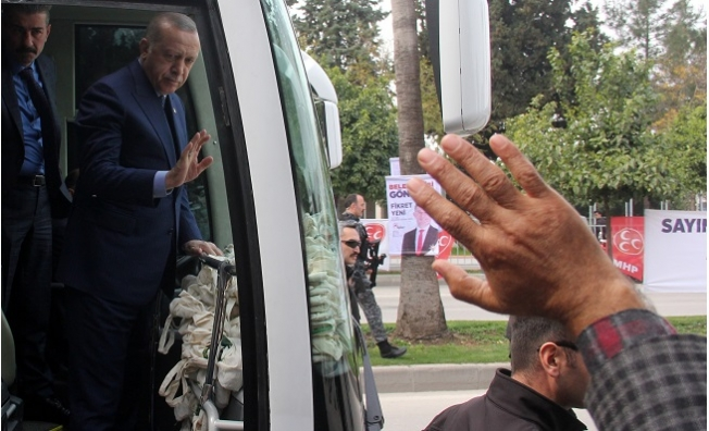 Adana'da Erdoğan Çocuklara Oyuncak, Annelere Bez Çanta Dağıttı