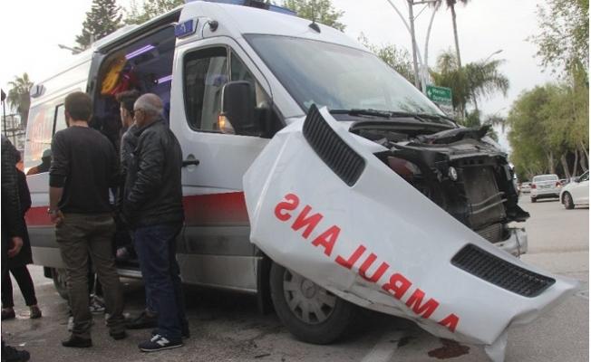 Kırmızı ışıkta Geçip Hasta Taşıyan Ambulansla Çarpıştı