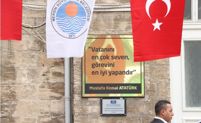 Vahap Seçer, Belediyenin Girişindeki Tabelayı Değiştirdi.