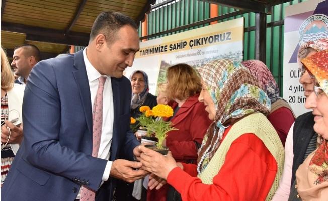 Toroslar'da Başkan Yılmaz'dan Annelere 100 Bin Çiçek