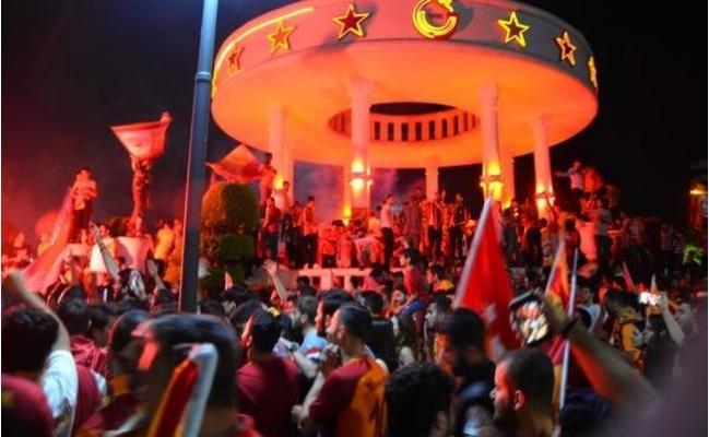 Galatasaray'ın Şampiyonluk Coşkusu Mersin'de Taraftarı Meydana Döktü