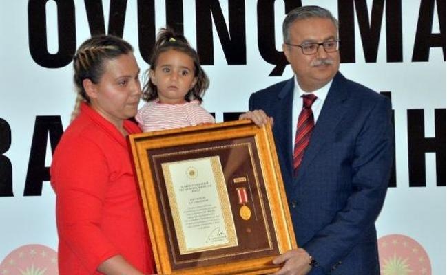 Şehit Aileleri ve Gazilere 'Devlet Övünç Madalyası Beratı'