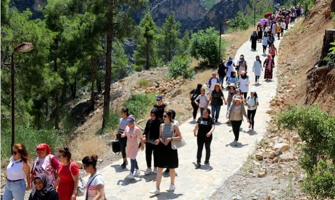 Akdenizli Kursiyer Kadınlar,Mut Yerköprü Şelalesi Tabiat Anıtı'nı Gezdi