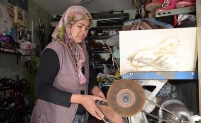 Eşine Yardım Ederken, Kadın Ayakkabı Tamircisi Oldu.