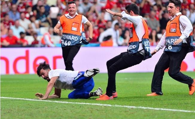 Liverpool-Chelsea Maçında Sahaya Giren 'YouTuber' Adli Kontrol Şartıyla Serbest Bırakıldı