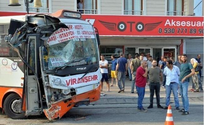 Özel Halk Otobüsü ile İşçi Otobüsü Çarpıştı: 12 Yaralı