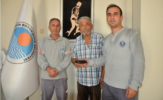Mersin Büyükşehir Personeli, Yolda Buldukları Cüzdanı Sahibine Ulaştırdı