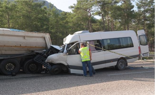 Mersin'de Nükleer Santralde Çalışan Rus Mühendisleri Taşıyan Minibüs Kaza Yaptı: 2 Ölü