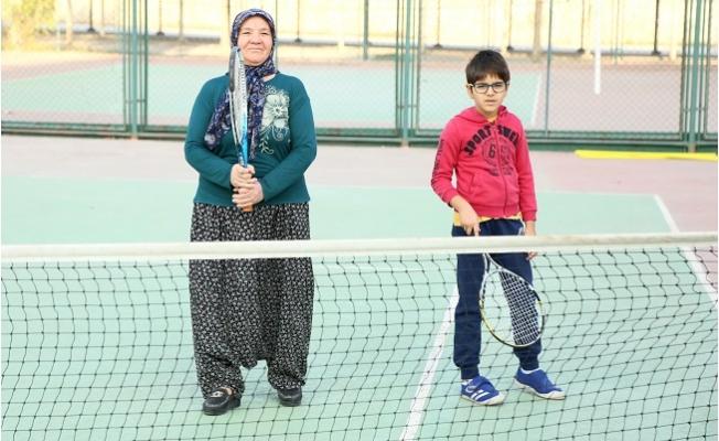 9 Yaşındaki Torunu ile 69 Yaşında Tenise Başladı