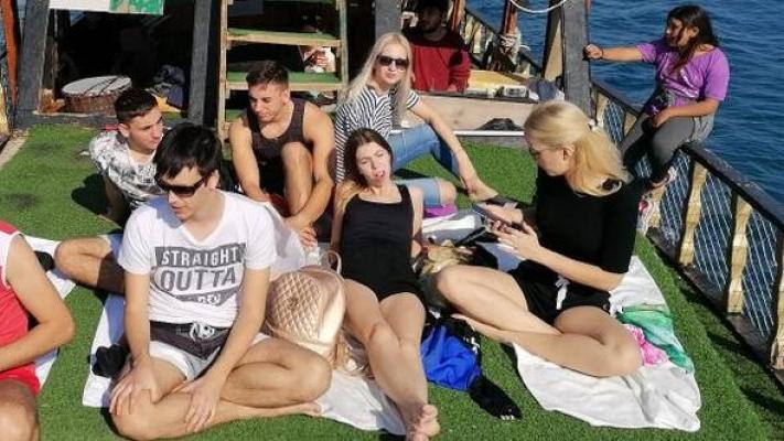 Avrupalı Gençlerin Deniz ve Güneş Keyfi