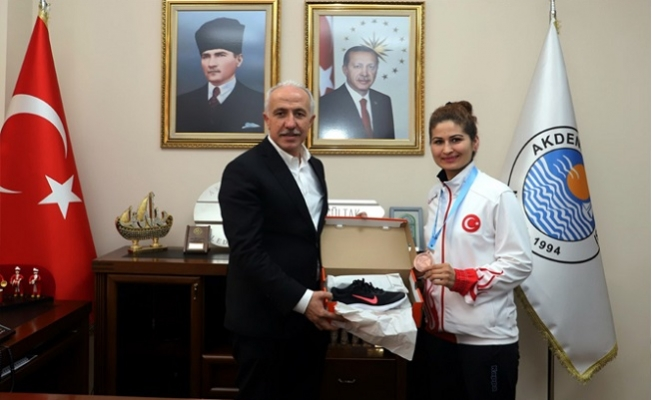 Şampiyon Tekvandocu Ayşegül Akkaya'dan Başkan Gültak'a Ziyaret