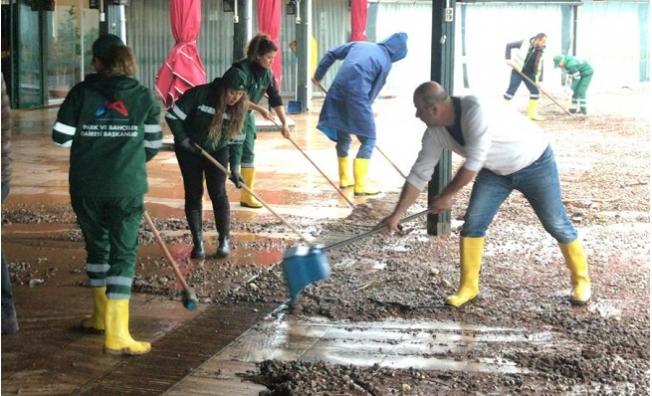 Belediye Ekipleri Yoğun Yağışın İzlerini Siliyor