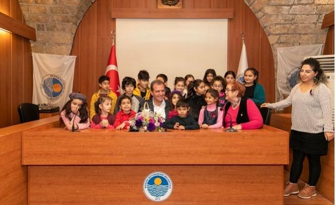 Çocuklardan Başkan Vahap Seçer'e Şarkı