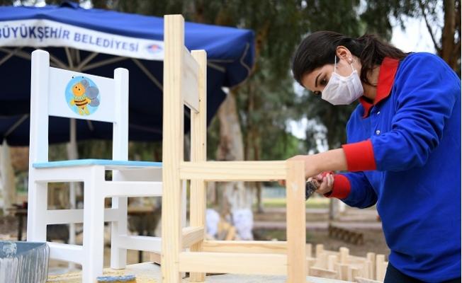 Çocukların Sandalyesi Teslime Ablalarından