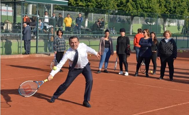 Özyiğit, 'Çay Saatinde' Kadınlarla Tenis Oynadı