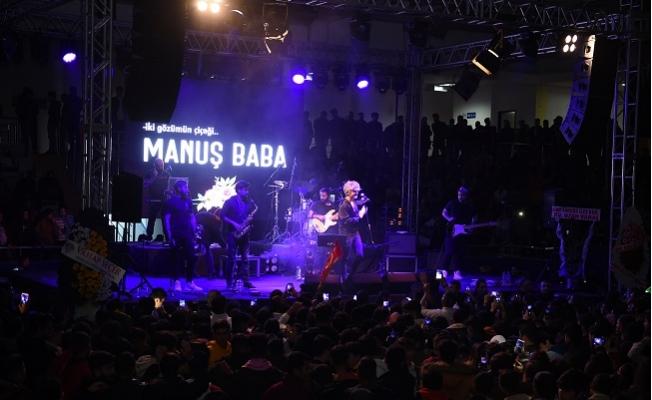 Tarsus'da Binlerce Kişi Manuş Baba Konserinde Coştu