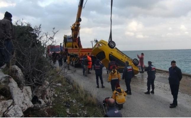 Mersin'de Taksisini Denize Sürüp İntihar Etti