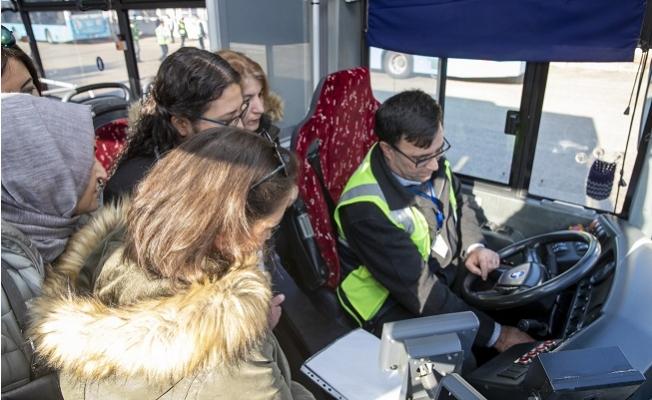 25 Kadın Aday, Otobüs Şoförlüğü İçin Direksiyon Sınavını Geçti.