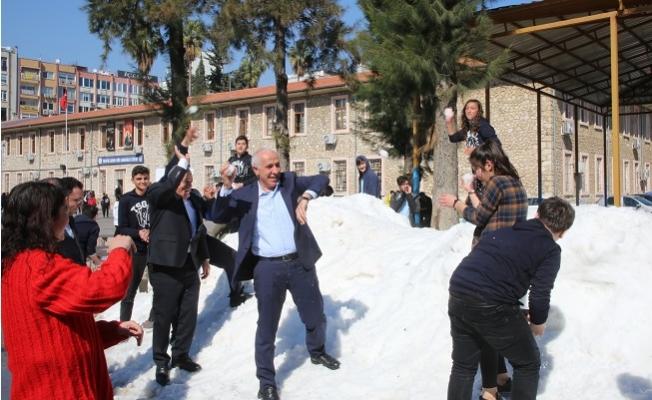 Akdeniz Belediyesin'den Çocuklara Kar Süprizi