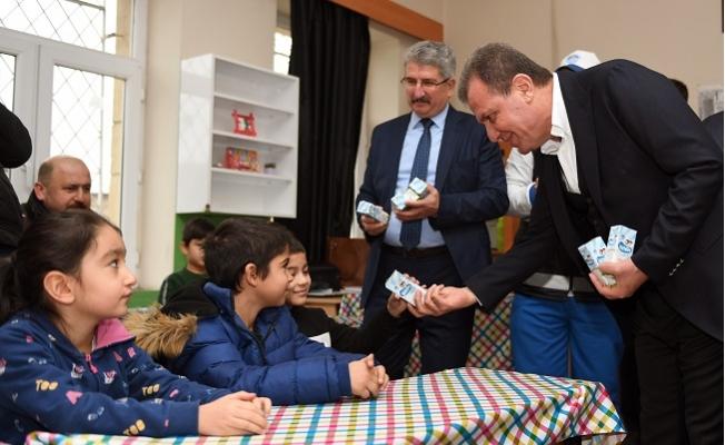 Başkan Seçer, Mezun Olduğu İlkokulda Çocuklara Süt Dağıttı