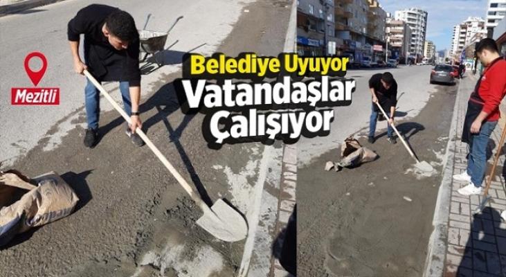 Mezitli'de Vatandaş Bozulan Yollardaki Çukurları Kendi Kapatıyor!