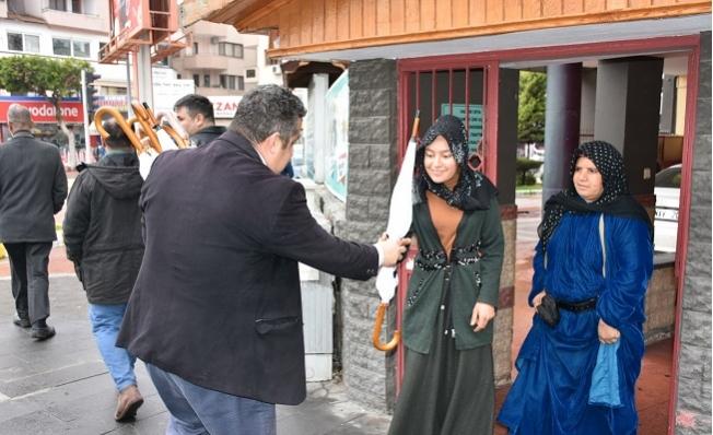 Tarsus Belediyesi Yağmurlu Havada Şemsiye Dağıttı.